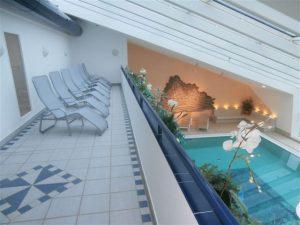 Liegestühle mit Blick auf Pool