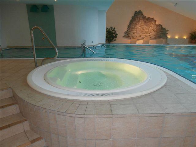 Wellnessbereich mit Whirlpool
