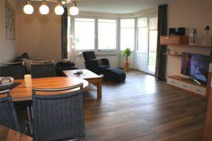 Wohnbereich mit Couchgarnitur und Fernseher